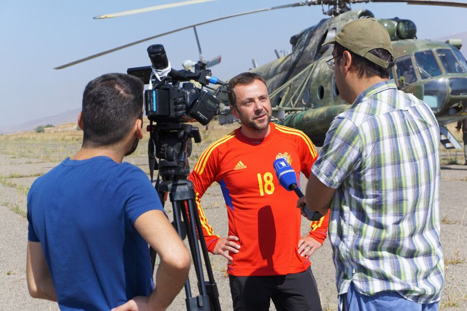 Armenisches Nachrichtenteam interviewt Hilde