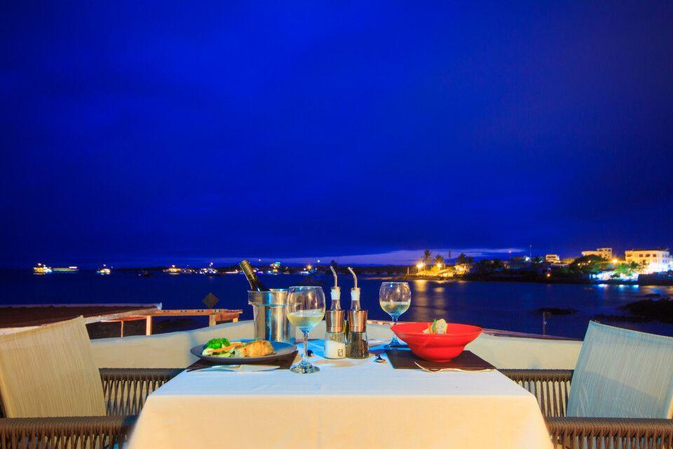 Romantisches Dinner in der Bucht von Puerto Ayora
