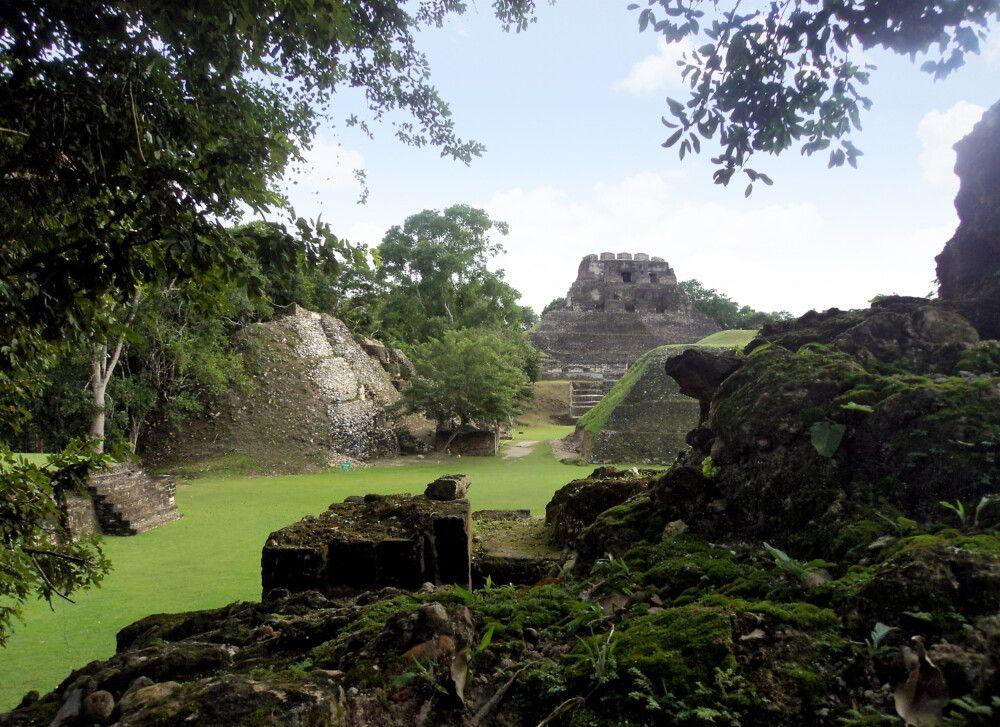 Blick auf die Pyramide El Castillo in Xunantunich