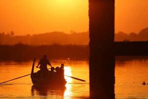 Unterhalb der U-Bein-Brücke zum Sonnenuntergang in der Nähe von Amarapura