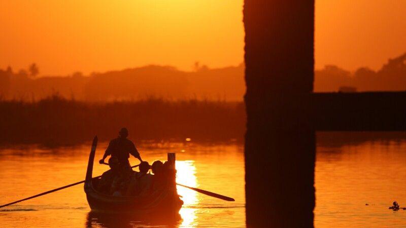 Unterhalb der U-Bein-Brücke zum Sonnenuntergang in der Nähe von Amarapura © Diamir