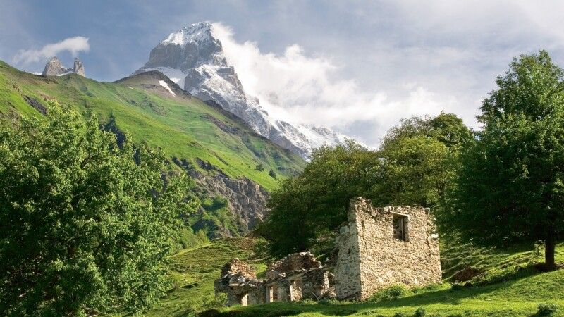 Alte Ruine mit Ushba © Diamir