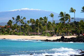 Strand auf Big Island mit dem Mauna Kea im Hintergrund