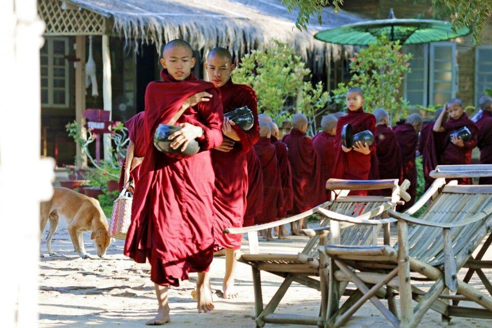 Mönchsprozession am Morgen in Bagan
