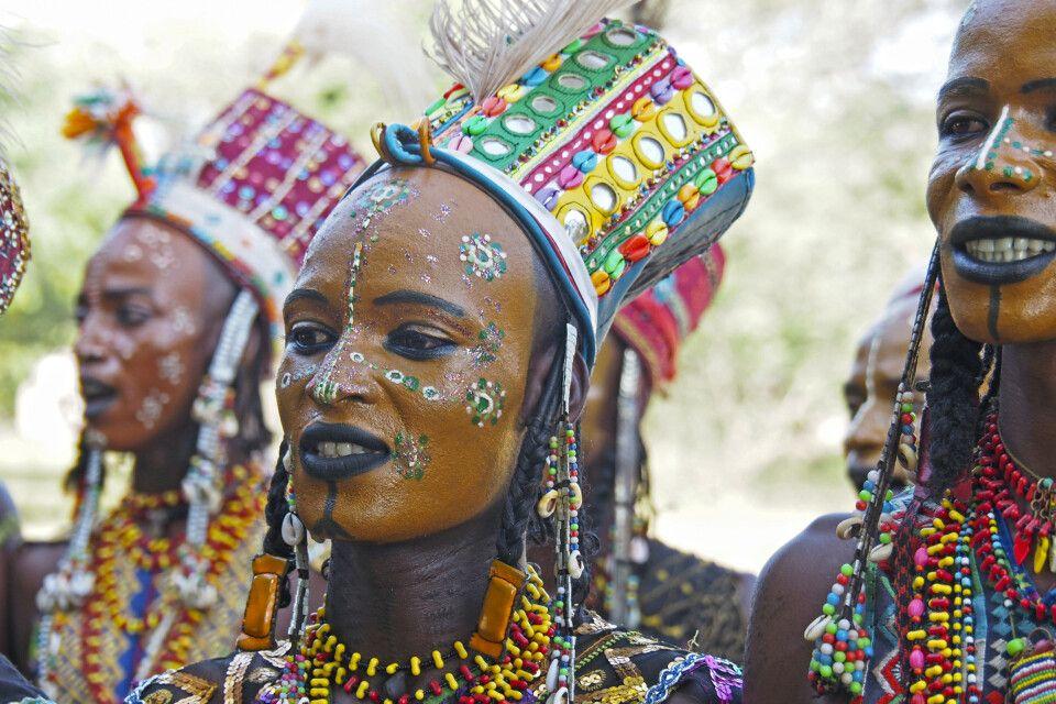 Tradtitioneller Gesichtsschmuck der Männer während des Gerewol-Festival