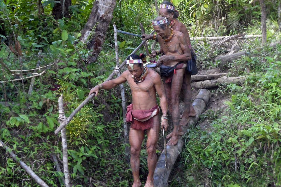 Männer der Mentawai am Fluss