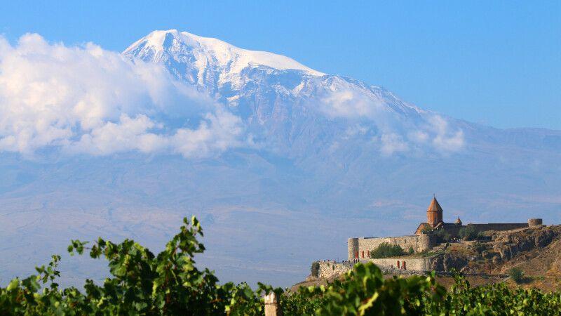 Kloster Chor Virap mit Ararat im Hintergrund © Diamir