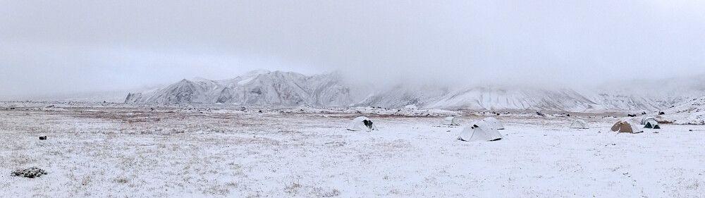 Eingeschneites Zeltcamp