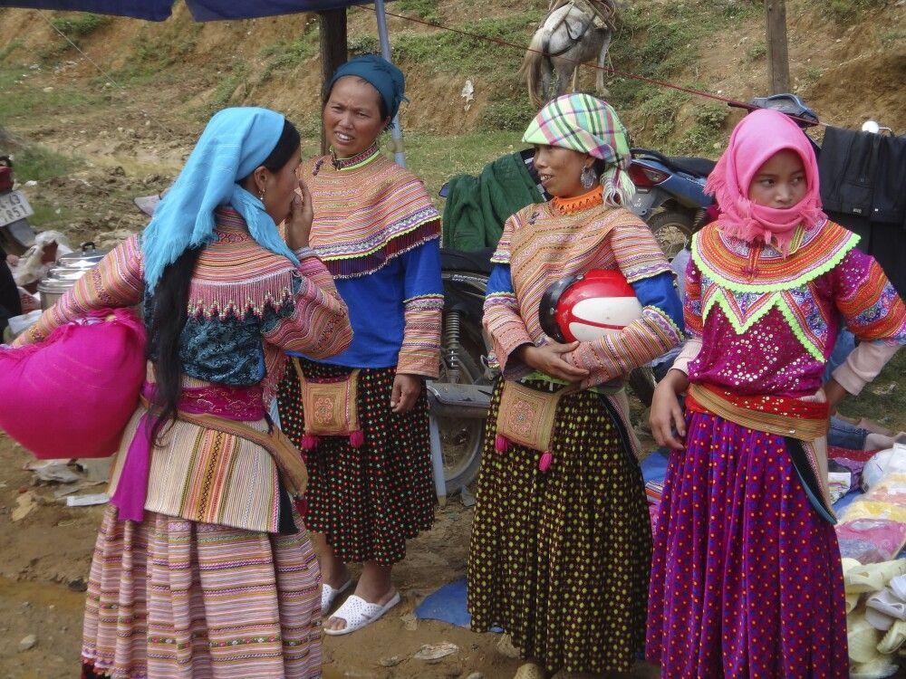 Bunte Trachten in Nordvietnam – Markt im Dorf Sinchai