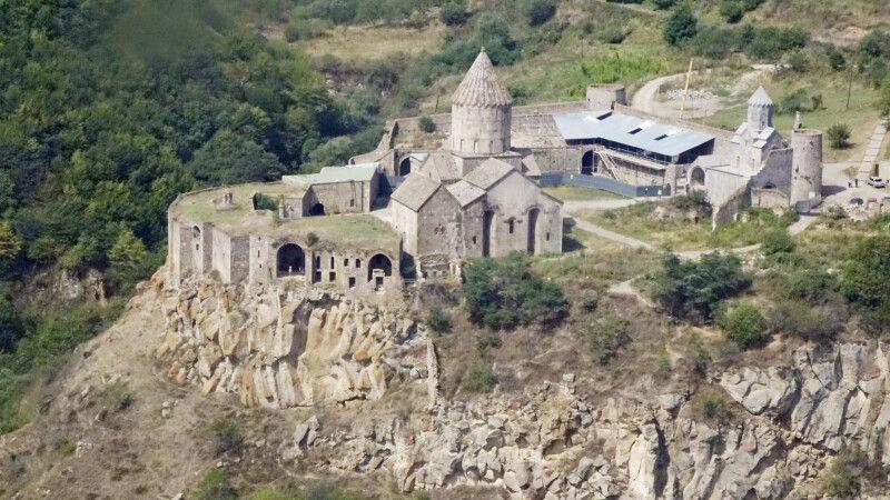 Kloster Tatev vom Hubschrauber aus © Diamir
