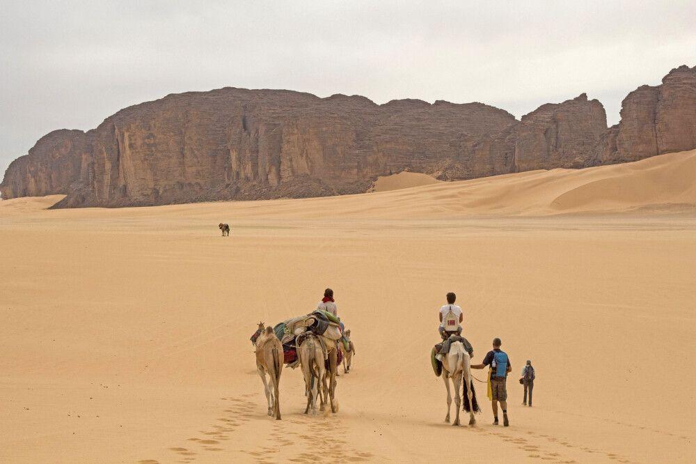 Trekking durch das Wüstengelände der algerischen Sahara