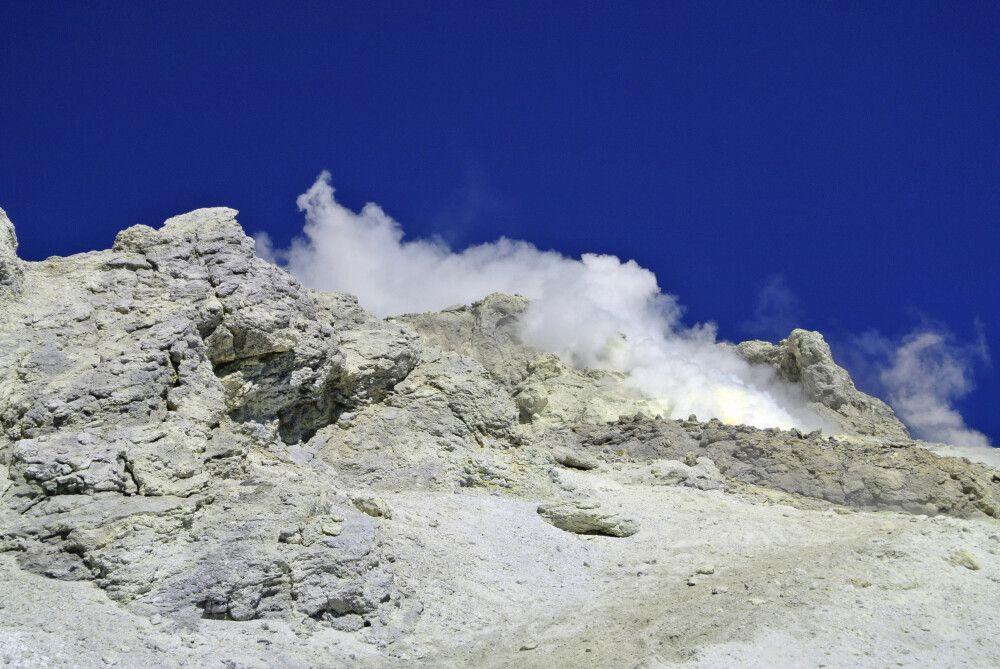 Vulkandämpfe steigen aus den Kraterspalten (Expedition Damavand)