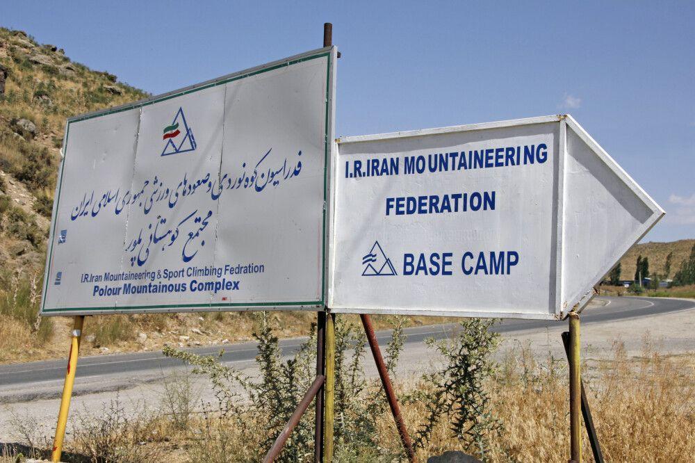 Wegweiser zum Basislager Damavand Gousfandsarai