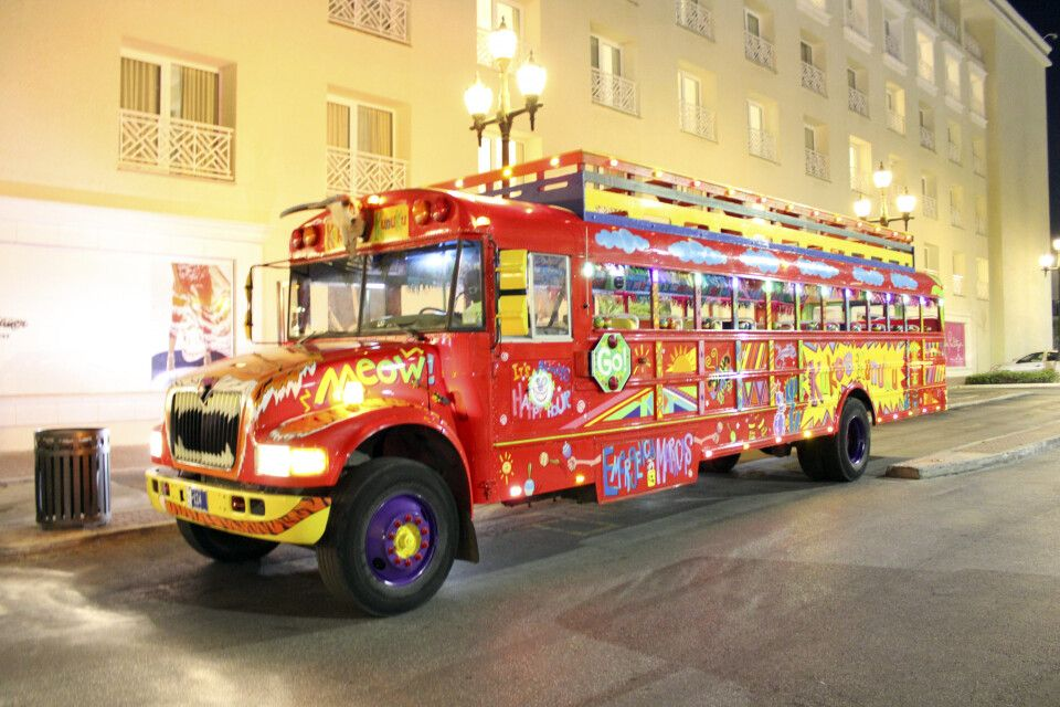 Bunt bemalter Bus in Oranjestad, Aruba