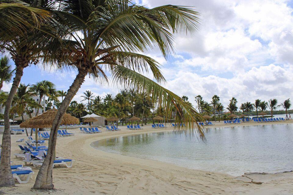 Der von Palmen gesäumte Strand der Renaissance Ocean Suites