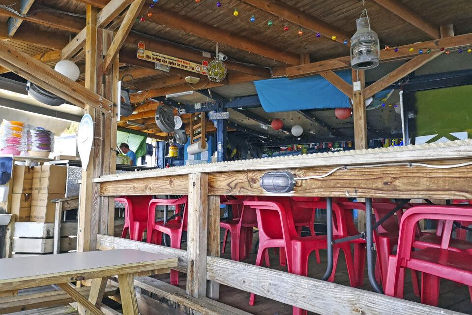 An einer kleinen Küchenzeile mit Meerblick wird im Restaurant Zeerovers auf Aruba frischer Fisch zubereitet.