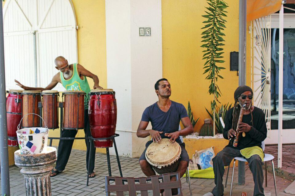 Drei Musiker sorgen in San Nicolas, Aruba mit karibischen Sounds für Stimmung