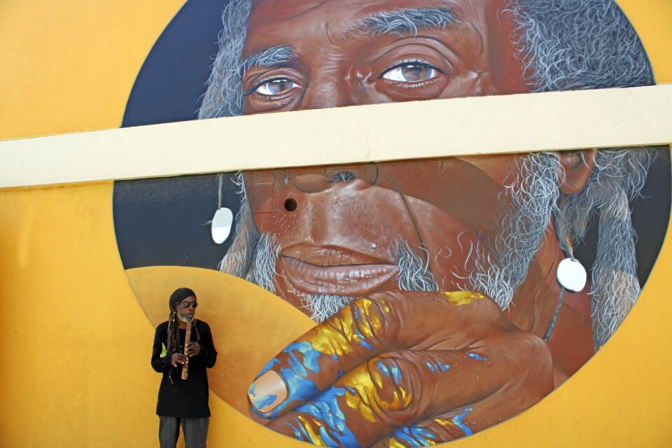 Der Künstler, das Modell und das Kunstwerk in einem Bild auf Aruba.