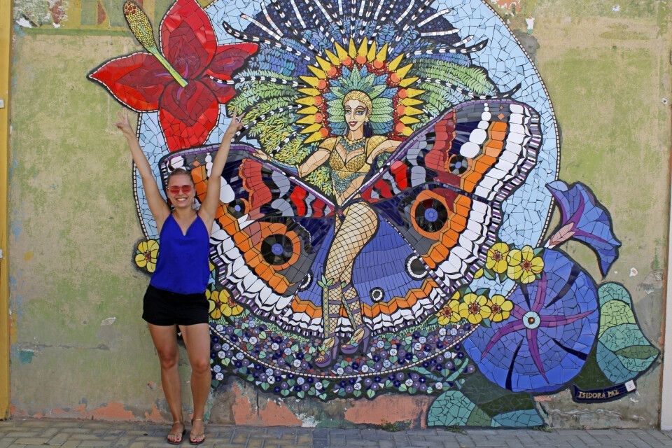 Das beeindruckende Mosaik zeigt eine Karnevals-Nymphe, die das ganze Jahr über Karnevalsfeeling auf Aruba versprüht.