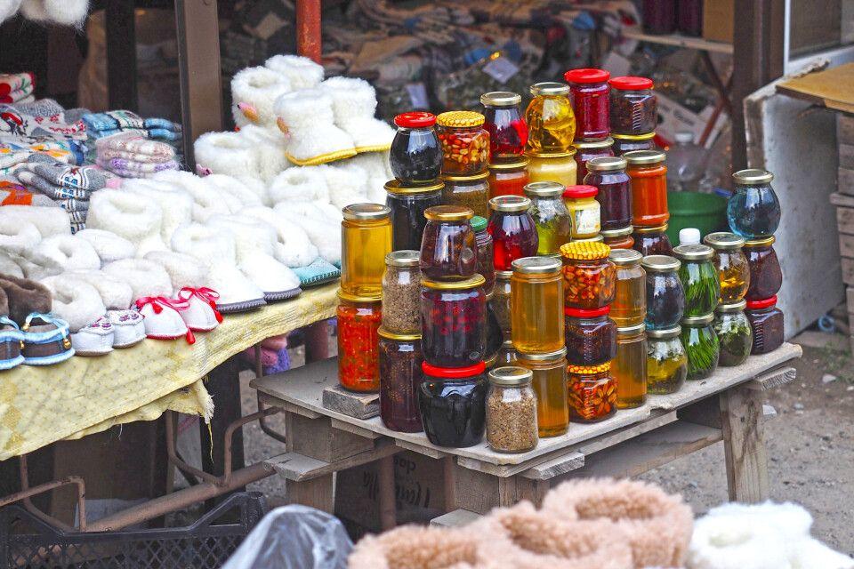 Auf dem Marktplatz in Cheget bekommt man kaukasische Spezialitäten
