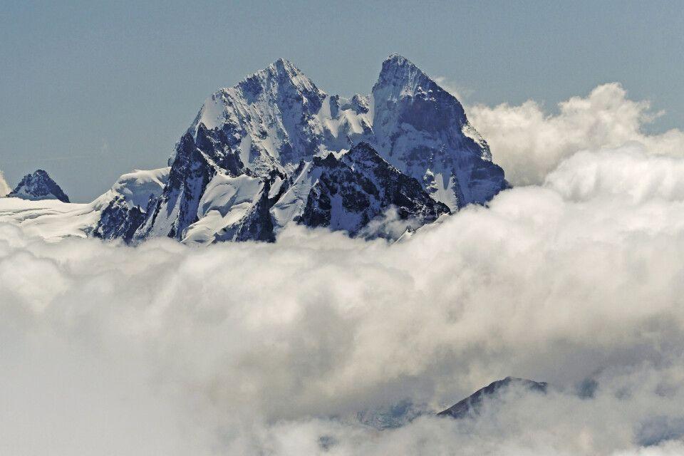 Die Uschba mit Süd- und Nordgipfel ist ein Doppelgipfel mit Hauptkamm des Großes Kaukasus