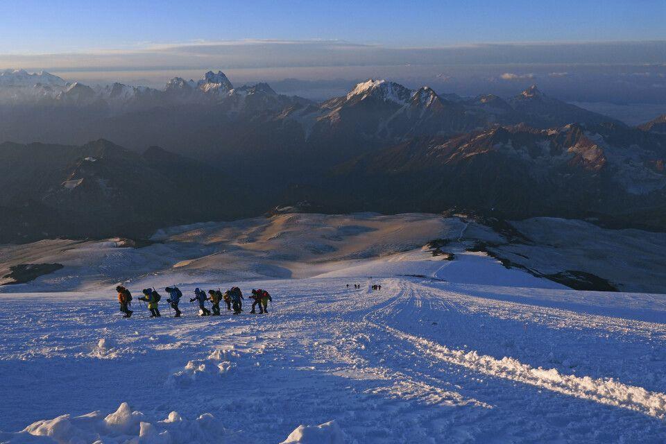 Der Weg wird nun mehrere Stunden entlang der Gletscherpiste verlaufen, die wir schon von den Akklimatisierungstouren kennen