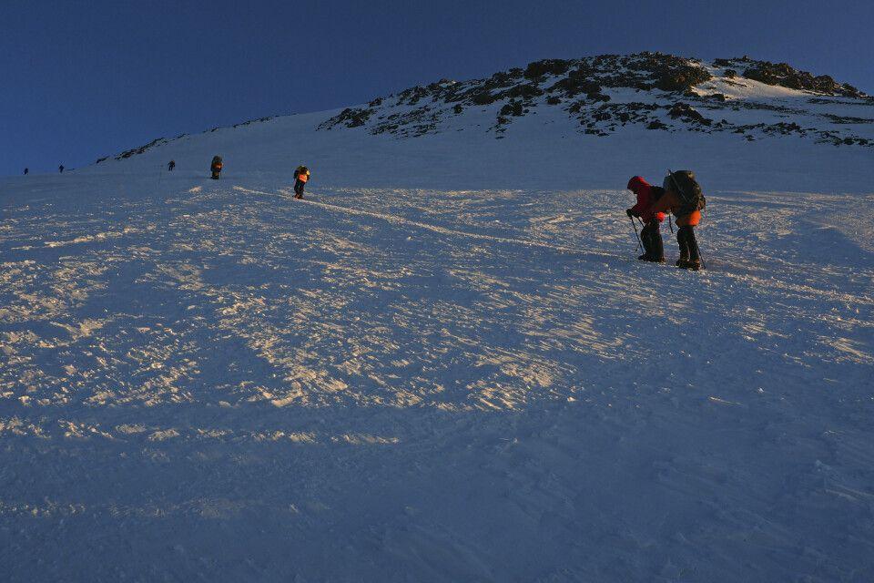 Nach dem steilen Aufschwung quert die Route nach links unterhalb des Ostgipfels vorbei