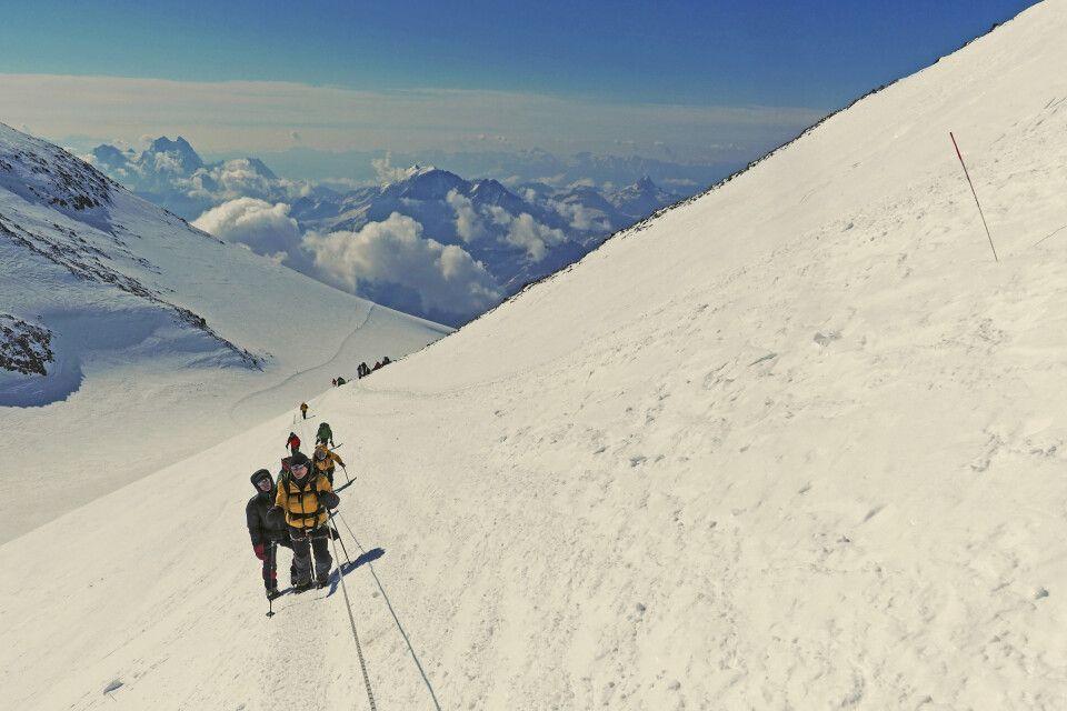 Vom Sattel aus folgt die Route einem steilen Aufschwung auf das Gipfelplateau - es sind noch dreihundert wetere Höhenmeter bis zum Gipfel