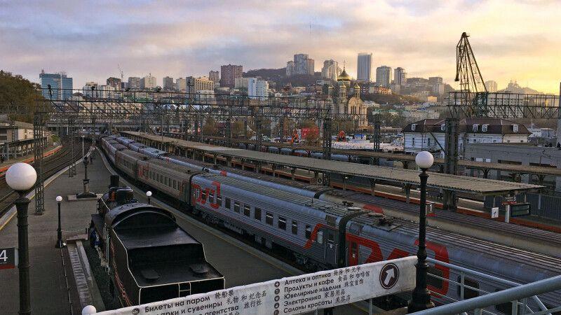 Sicht auf den Bahnhof mit dem Wahrzeichen 9288km von Moskau bis Wladiwostok © Diamir