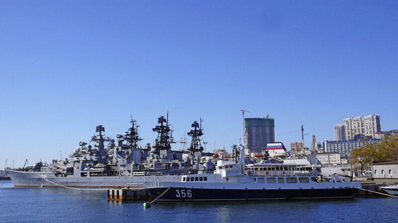 Viele alte Militärboote liegen im Hafen von Wladiwostok © Diamir