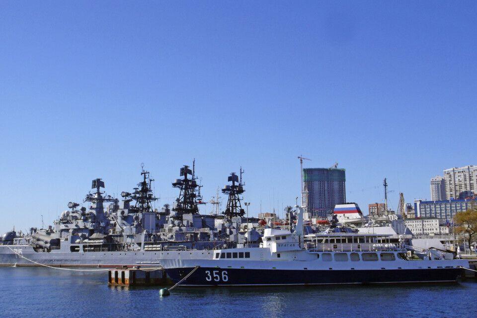 Viele alte Militärboote liegen im Hafen von Wladiwostok