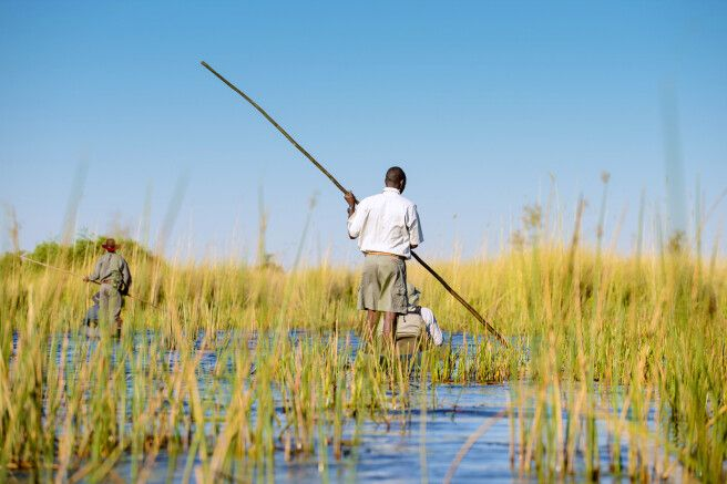 Die ursprünglichste Art, das Okavango-Delta zu bereisen: im Mokoro (Einbaum)