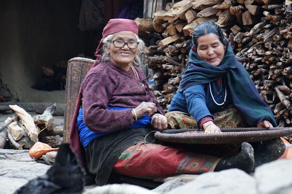 Manaslu – 2 Frauen bei der Arbeit