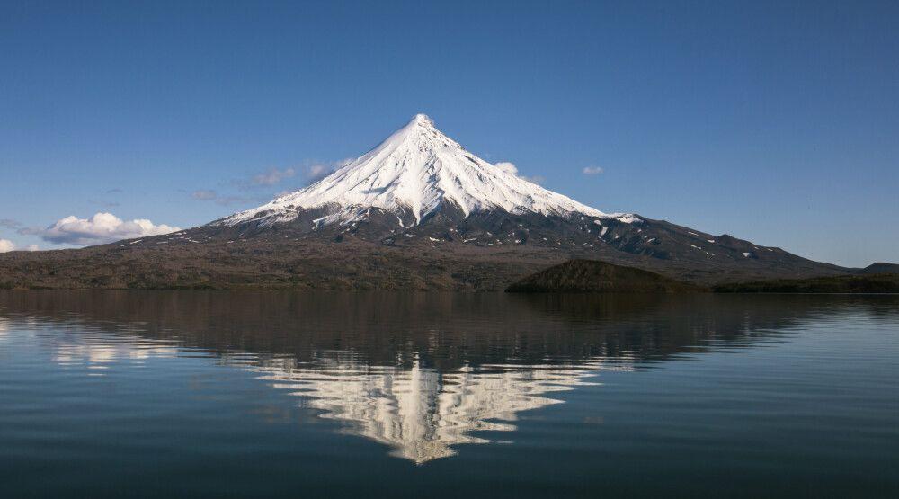 Einzigartiger Vulkan Kronotsky vom gleichnamigen See