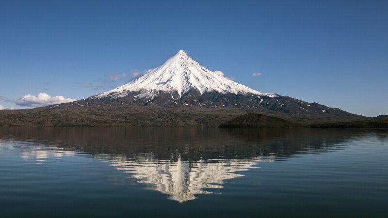 Einzigartiger Vulkan Kronotsky vom gleichnamigen See © Diamir