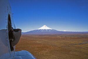 Blick zum Hubschrauber zur Pyramide des Kronotsky