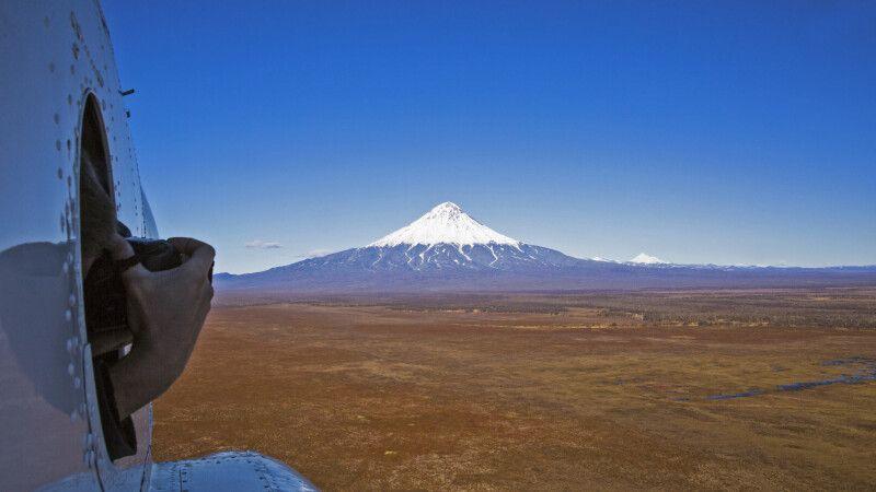 Blick zum Hubschrauber zur Pyramide des Kronotsky © Diamir