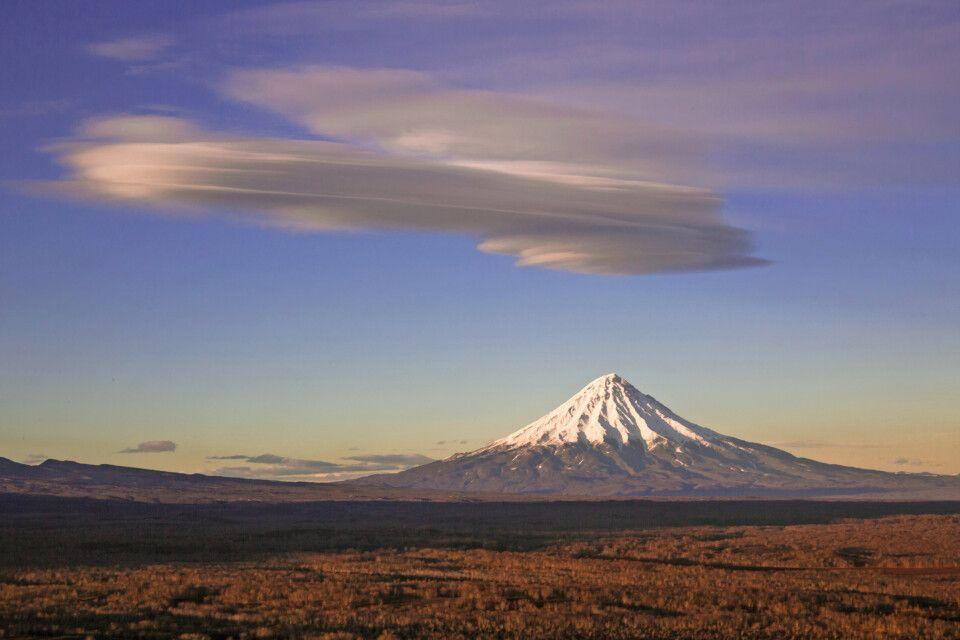 Vulkan Kronotsky mit Ufo-Wolke