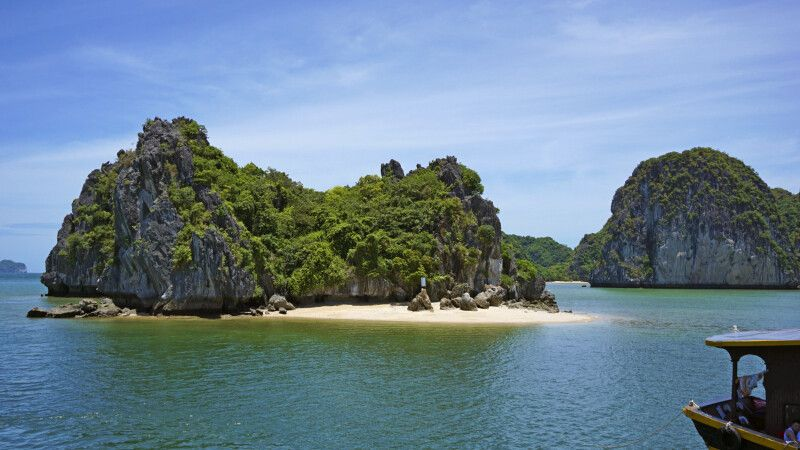 Kleiner einsamer Strand in der Halongbucht © Diamir