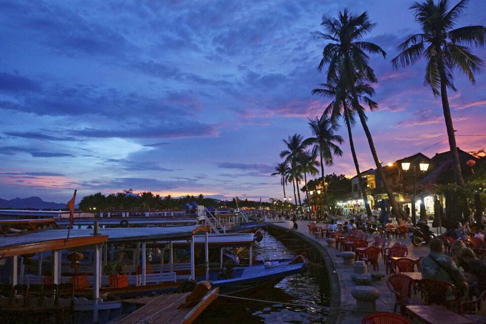 Die kleine Stadt Hoi An in Zentralvietnam strahlt zum Sonnenuntergang eine magische Stimmung aus.