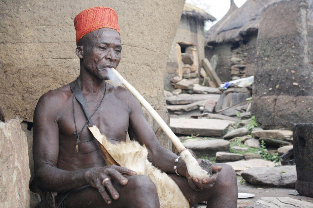 Priester und Orakel des Königs der Yom in Taneka. Auch im Norden Benins ist der Voodooglaube zu finden. Jedes Dorf vollführt hierbei unterschiedliche Riten – ein einheitliches Voodoobild gibt es nicht.