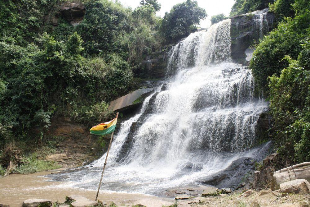 Kintampo Wasserfal in Ghana – hier fließt und stürzt der Pumpu in drei Stufen in Richtung Voltafluss.
