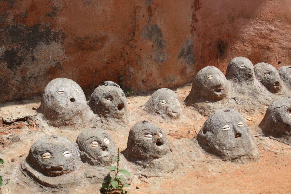 Voodoogeister gehören zum Alltag der Gläubigen. Meist stehen diese vor Hauseingängen oder sind an Straßen zu finden. Die direkte Verbundenheit mit der Erde ist offensichtlich.