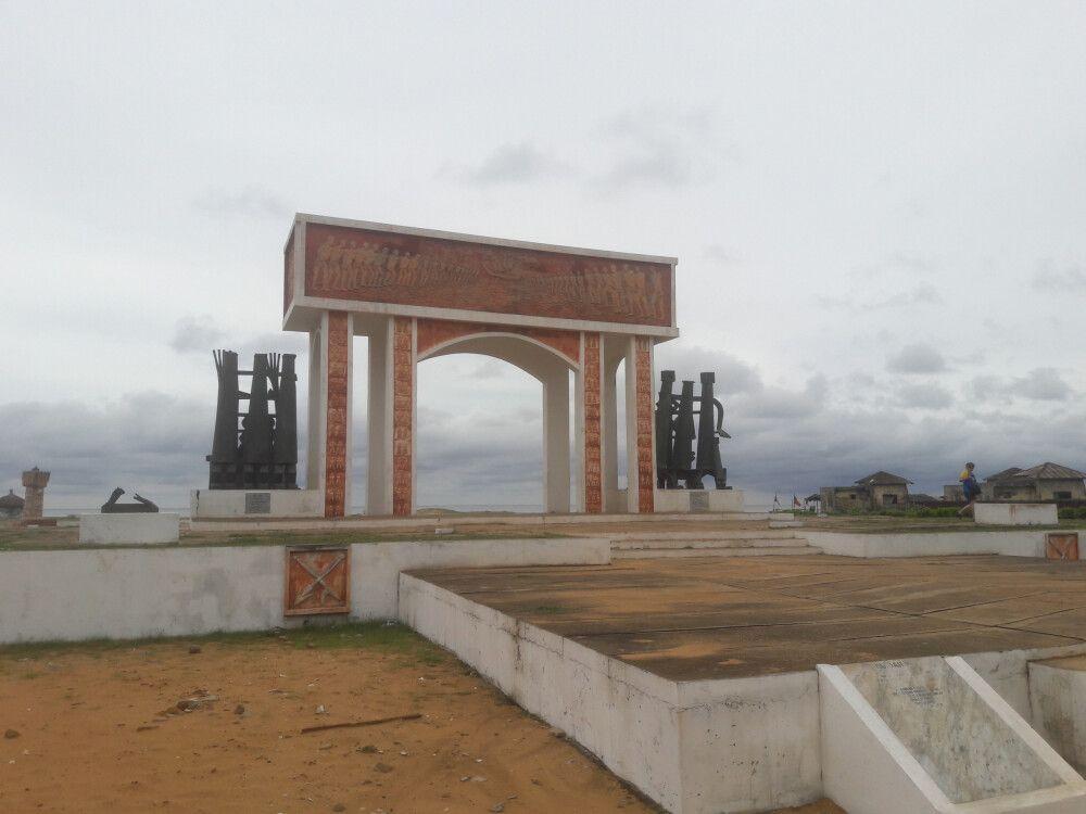 Das Tor ohne Wiederkehr steht am Ende der historischen Sklavenroute, welche vom Sklavenmarkt Ouidahs bis zur Anlegestelle der Sklavenboote führte. Der Platz ist auch Festivalort des jährlich stattfindenden Voodoofestivals am 10. Januar jeden Jahres in Ben