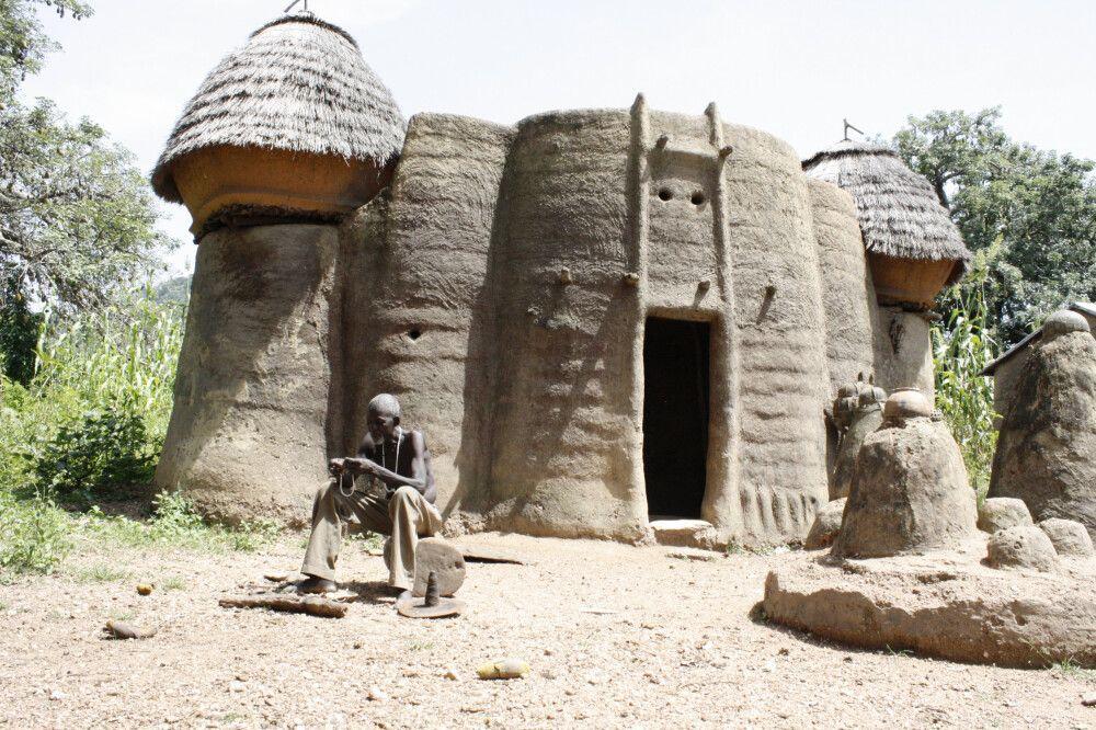 Eine sogenannte Tata-Somba Behausung bei Tamberma in Togo. Die zweigeschossigen Unterkünfte bieten Platz für Privaträume, Speicher, Küche und Terrasse. Die hier lebenden Somba haben die Schutzhöfe gebaut, um sich gegen Sklavenhändler, aber auch gegen die