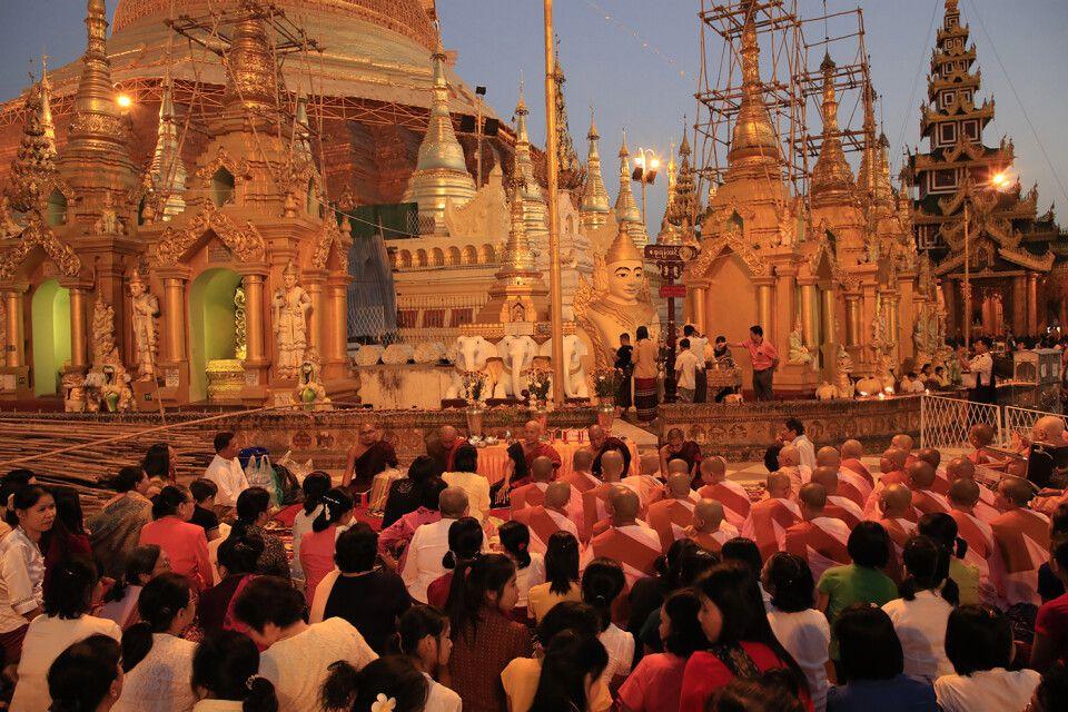 Shwedagon-Pagode: Zeremonie mit Mönchen und Nonnen