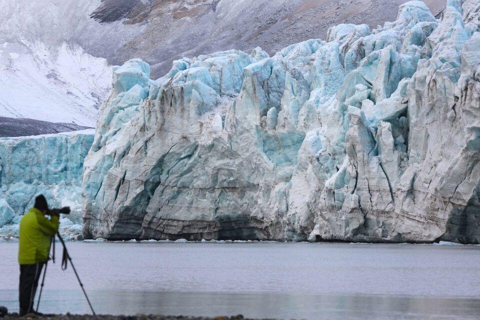 Eis schimmert in vielen Blautönen