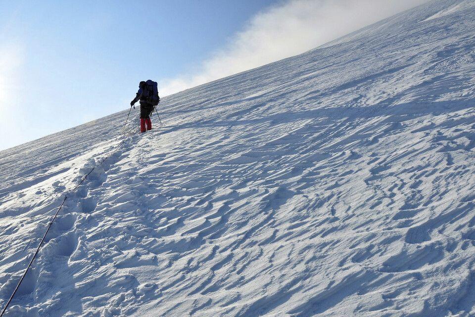 Steil zieht sich der Aufstieg den Kasbek hinauf.