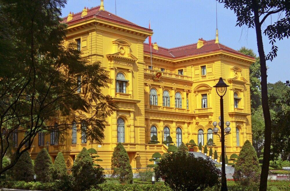 Safrangelbes Kolonialgebäude in Hanoi