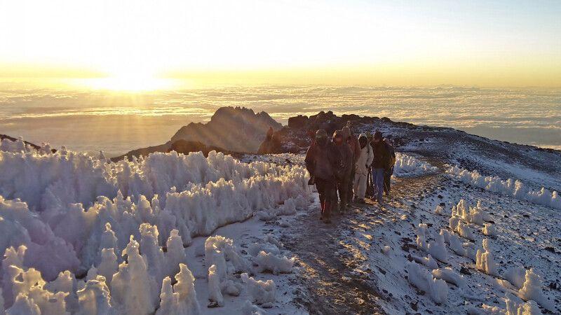 Bizarre Eisformationen auf dem letzten Stück zum Gipfel © Diamir